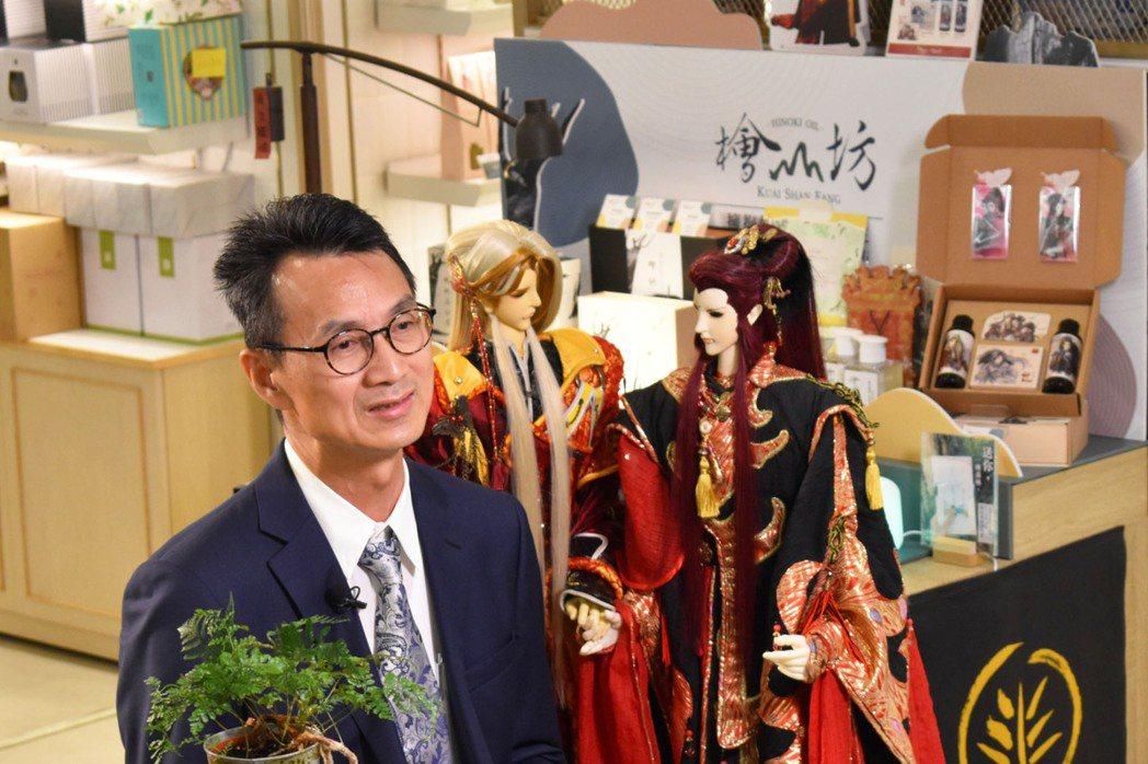 檜山坊創辦人李清勇先生與霹靂夫妻檔蝴蝶君與公孫月。檜山坊/提供