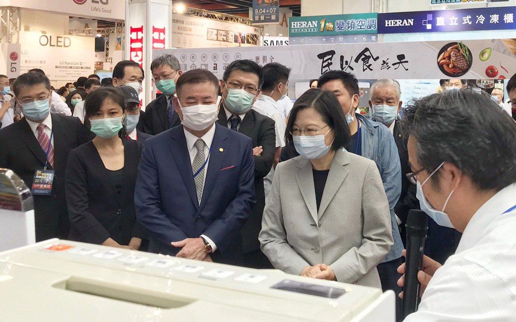 蔡總統參觀最新家電產品,聽取業者解說。 台北市電器公會/提供