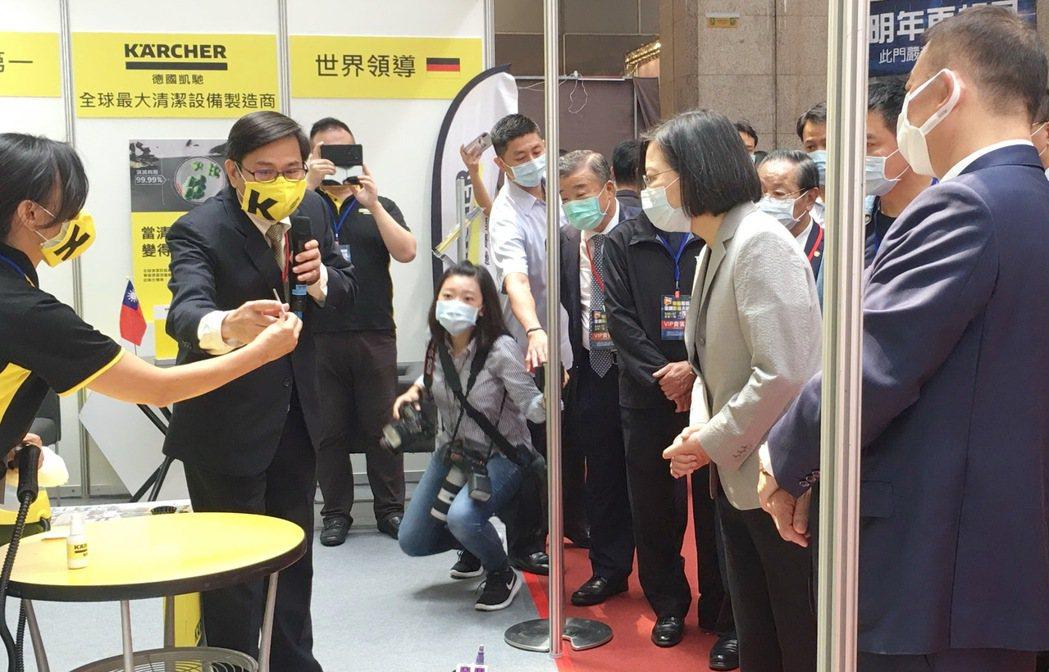 德國凱馳總經理陳永欽(左二)向蔡總統操作說明凱馳利用清水變高溫蒸汽來殺菌,環保、...