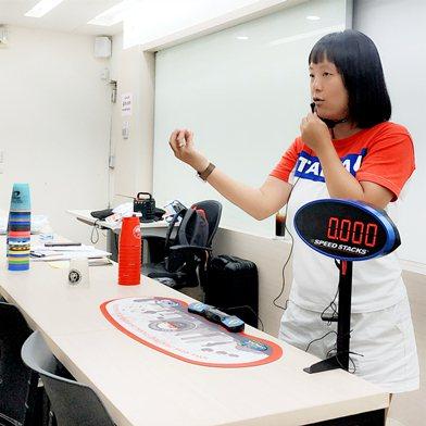 中華競技疊杯運動推廣協會理事長朱雅芳親自授課。 校方/提供