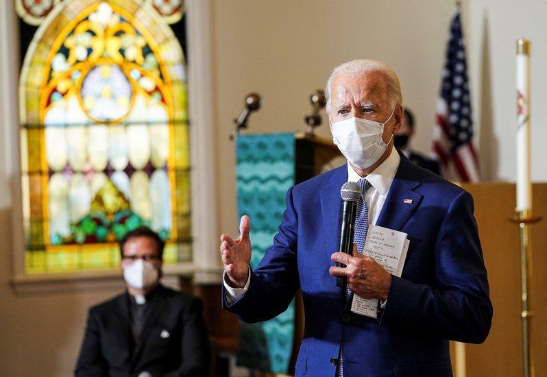 美國民主黨總統候選人拜登(Joe Biden)在威斯康辛州基諾沙市(Kenosha)一座教堂舉行的社區會議上發表談話。 路透社