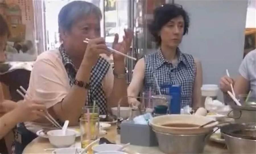 洪金宝年初曾被拍到和现任妻高丽虹聚餐。 图/摘自微博