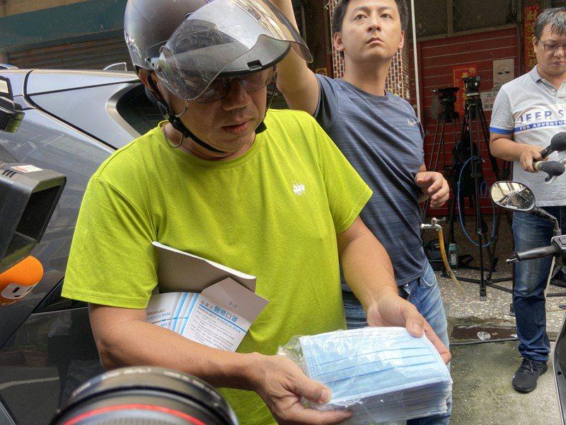 陳姓民眾拿出從加利購買的口罩。記者柯毓庭/攝影