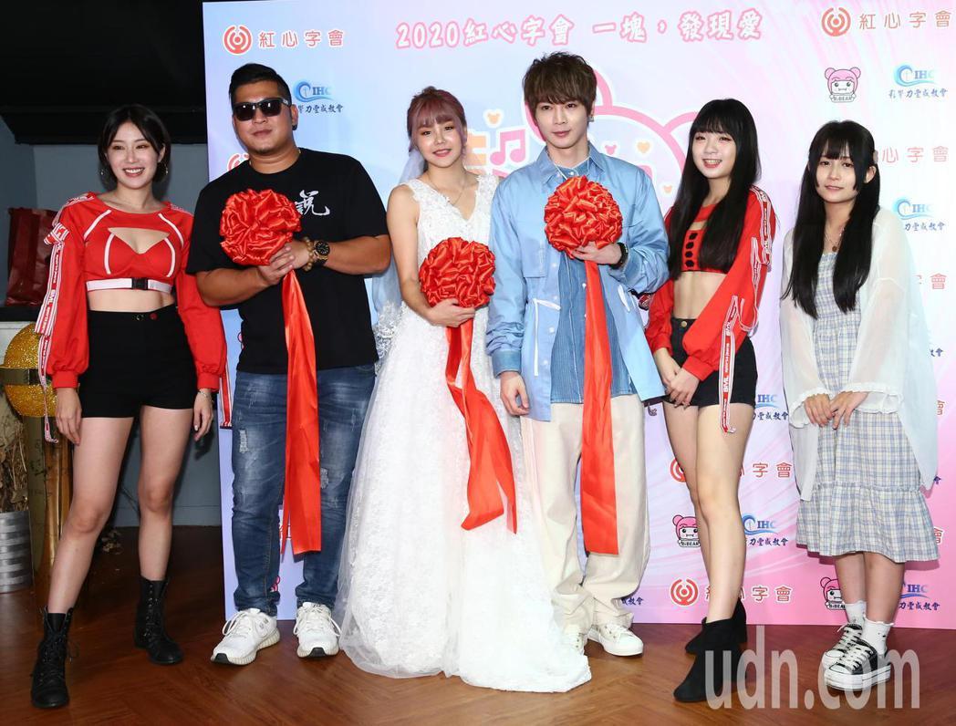 Youtuber比熊(左三)今天舉辦人生首場公益演唱會,Sunny桑妮(左一)、...