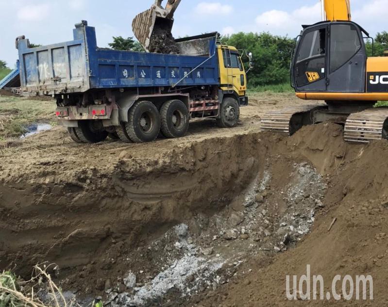 台南市學甲農地爐碴今天進行清除,先挖除上層覆土。圖/環保局提供