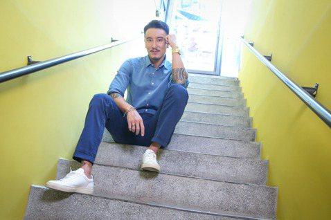王陽明在新片「海霧」一改帥氣形象,演出性格急躁的救難隊員,其實他早就想撕掉「帥哥」標籤,想起10年前剛出道時,由於外型高大帥氣,被譽為「台灣第一帥」,如今再度提及該稱號,他靦腆笑回:「我想嘗試更多可...
