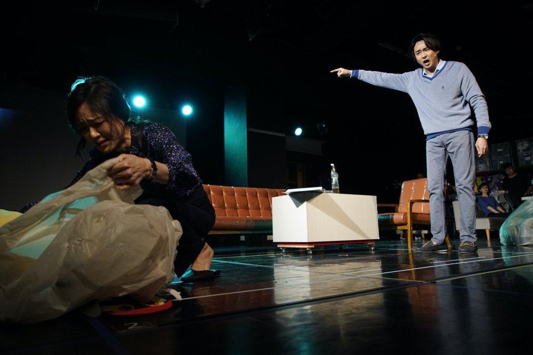 尹馨(左)、狄志杰在劇場版「我們與惡的距離」中夫妻失和。圖/故事工廠提供