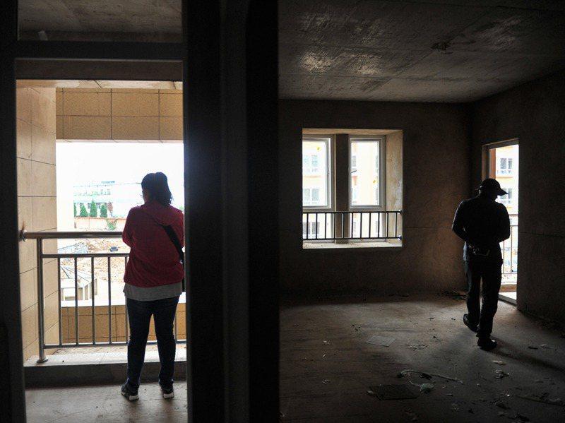 昆明別樣幸福城變成爛尾樓,業主籌資安裝門窗、電梯等基礎設施自救。中新社