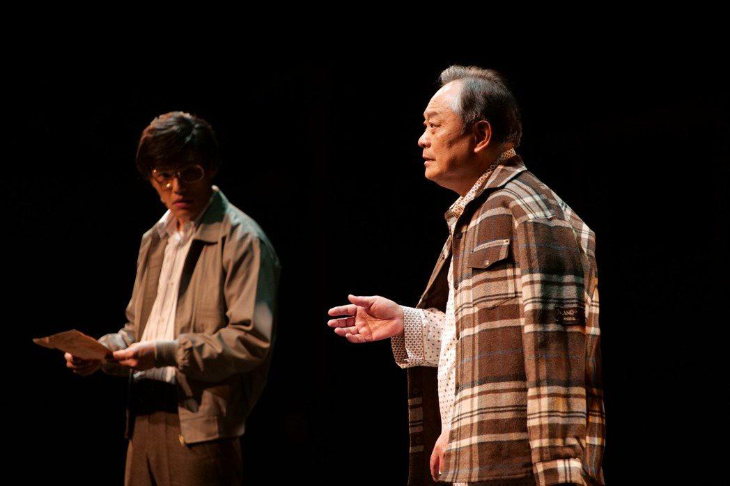 張復建(右)演出「解憂雜貨店」真人劇場版中的解憂爺爺。圖/果陀劇場提供