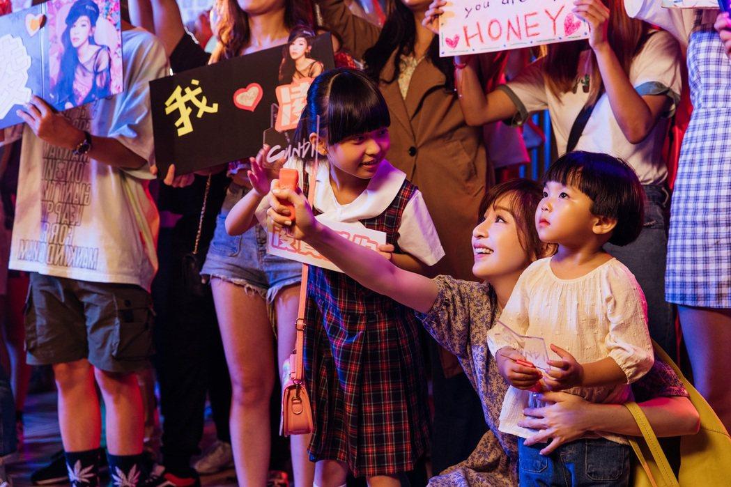 王心凌MV扮演帶孩子追星的溫柔媽咪。圖/環球唱片提供