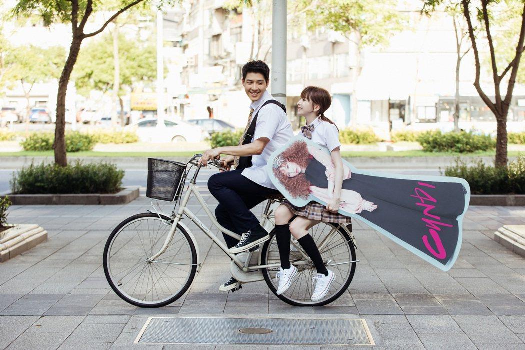 王心凌(右)分飾多角,演出學生族對她的純愛追星。圖/環球唱片提供