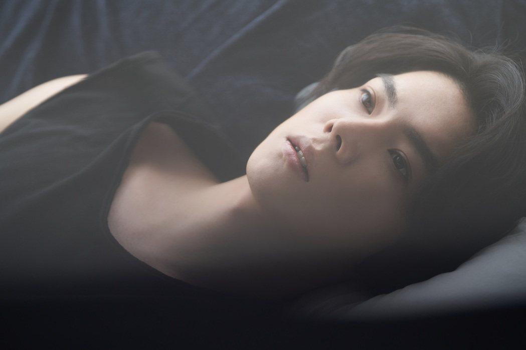 25歲中日混血歌手楊宇騰憑首波主打「水藍色情人」闖樂壇。圖/泓康天下娛樂文創提供