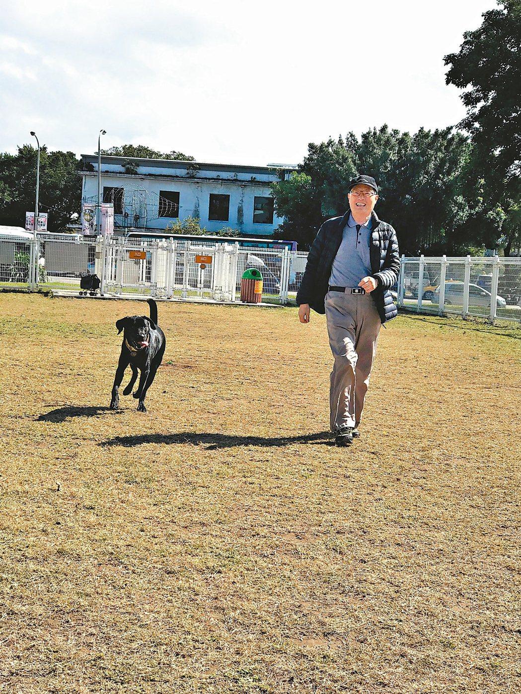 陳大樑養了一隻大型拉不拉多犬,每天清早五點出門遛狗。圖/陳大樑提供