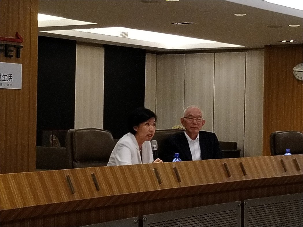 遠傳電信總經理井琪、亞太電信總經理黃南仁一起召開記者會說明遠傳與亞太共頻共網結盟...