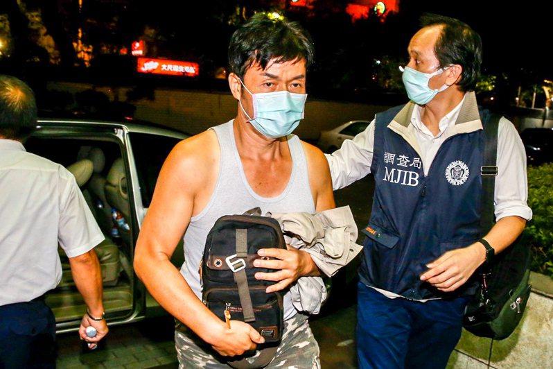 口罩國家隊加利科技有限公司負責人林明進(中)晚上九點被帶回台北市調處偵訊。記者林俊良/攝影
