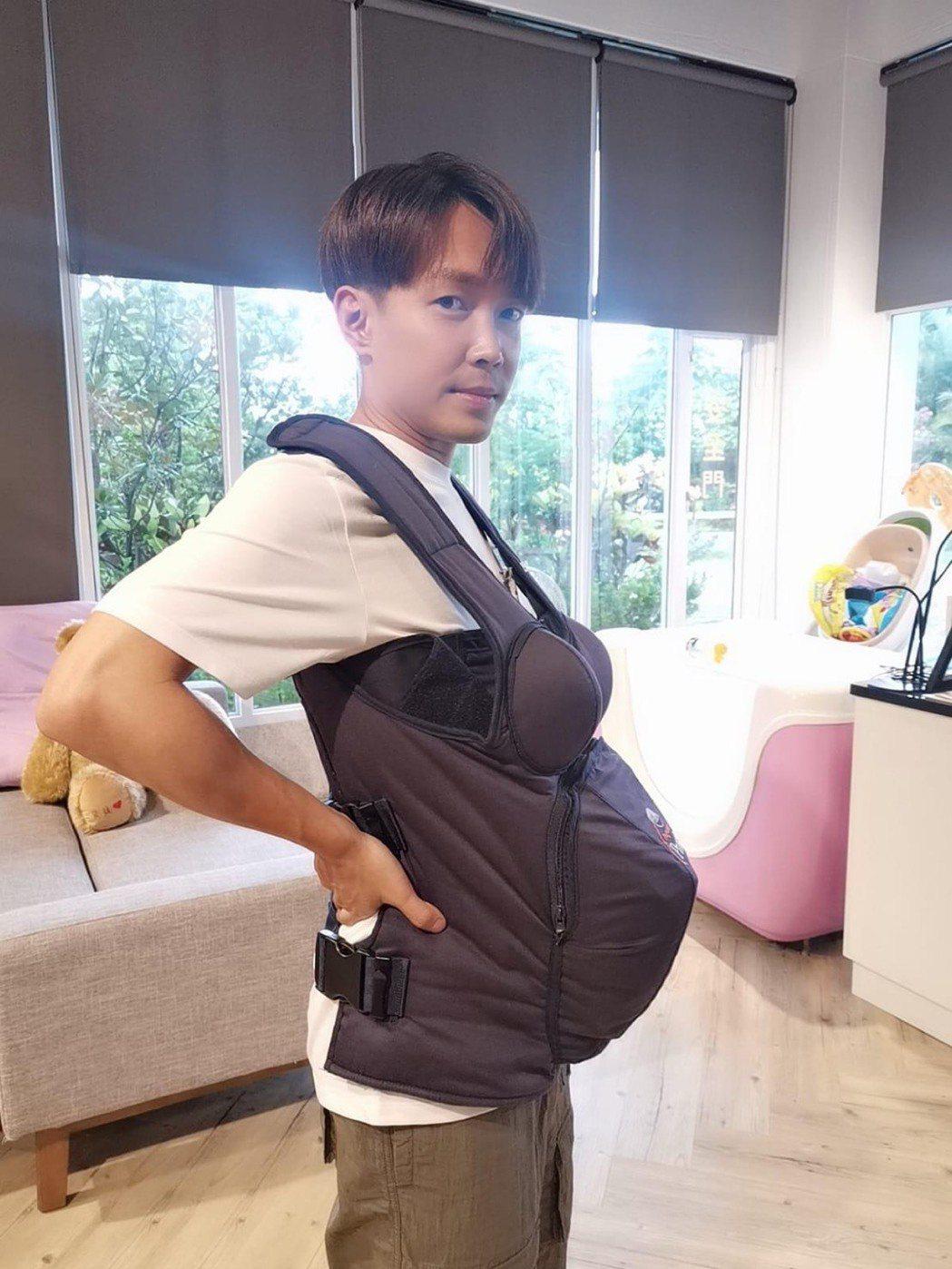 許仁杰穿上假胸、假肚子,體驗孕婦懷胎辛苦。圖/許氏夫妻提供