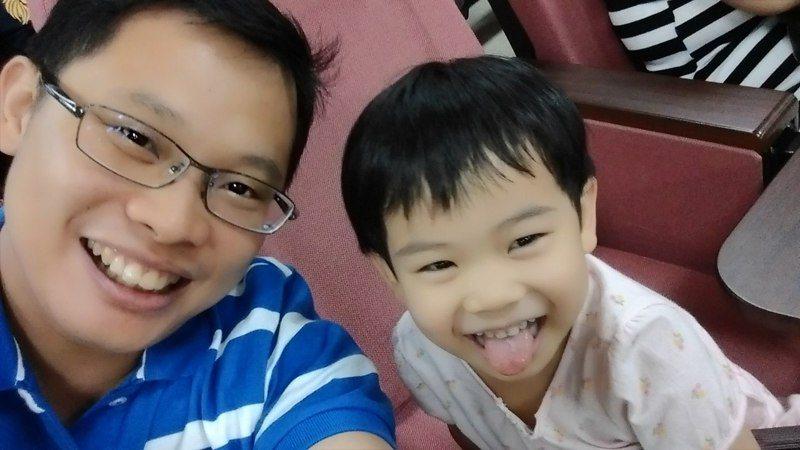 林家弘(左)常遇到別人質疑男生從事幼教工作的原因,今年他突破框架,終於上榜。圖為他與自己小孩合影。圖/林家弘提供