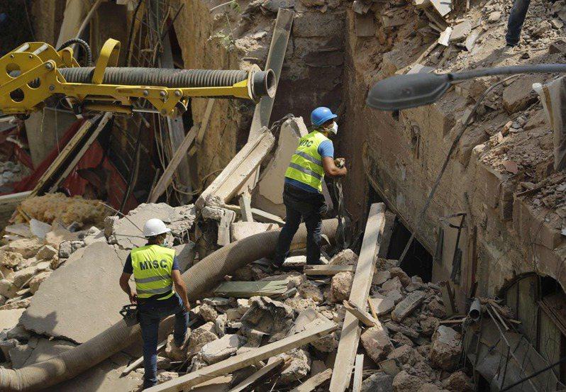 時隔黎巴嫩貝魯特港區大爆炸一個月後,搜救人員用掃描儀偵測到脈動跡象,並在四日試圖用管線從被炸毀的建築物吸出瓦礫,尋找可能生還者。(法新社)