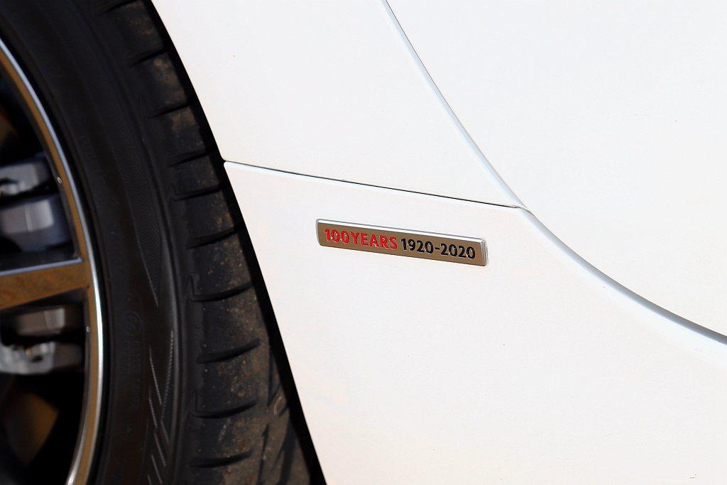 車身側裙後方鑲有專屬「100 YEARS 1920-2020」銘牌。 記者張振群...