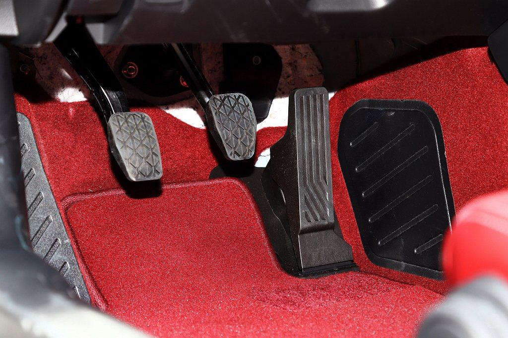 離合器、煞車與油門踏板等仍採用原橡膠/塑鋼踏板設計,沒有直接升級為金屬踏板(可額...