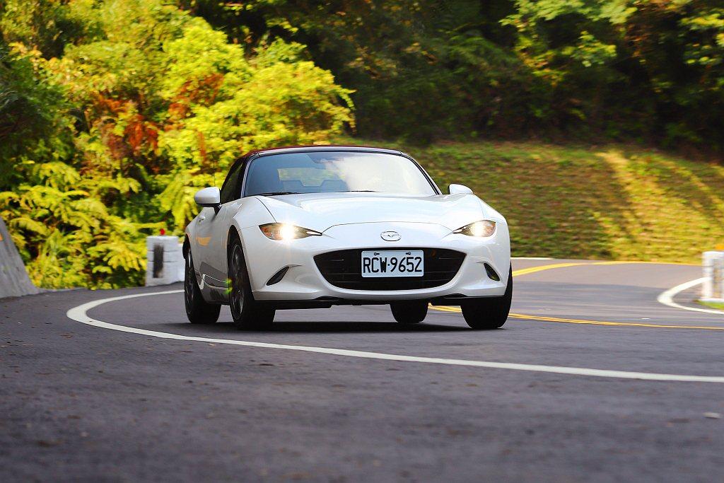 Mazda MX-5 MT 100週年紀念特仕車建議售價為139萬台幣起,相比M...