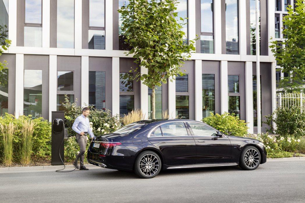 Mercedes-Benz S 580e所配置的28kWh大容量鋰電池組 (比起...