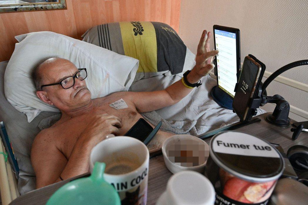 柯克8月12日躺在法國第戎自家病床上。(法新社)