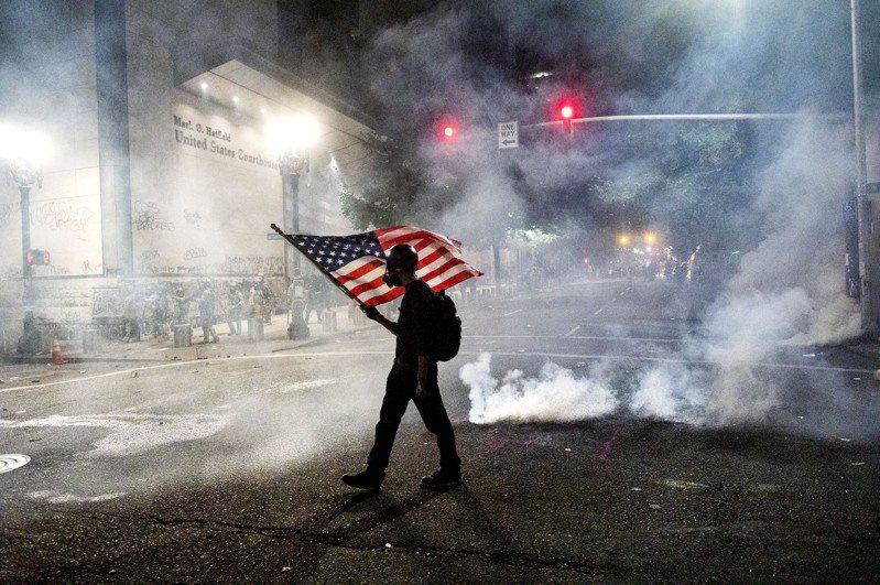 波特蘭的種族示威活動滿百日,仍然沒有休止的跡象,以往平靜祥和的城市,一到夜幕降臨,就宛如充滿硝煙的戰場。 美聯社