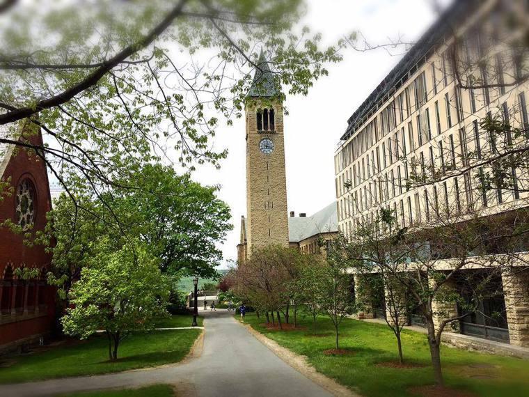 康乃爾大學也爆發學生群聚感染,39確診病例多為運動員,校區已進入「黃色警戒」。記...