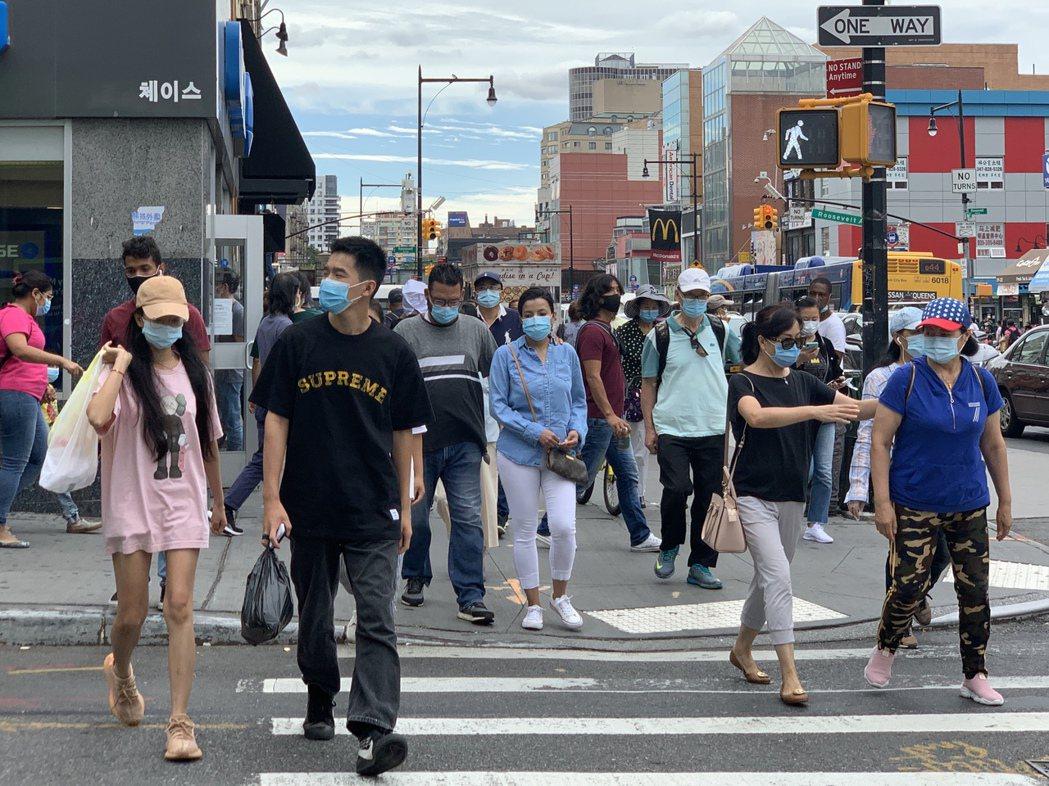 如果不堅持防疫措施,美國秋冬季恐再現新冠肺炎感染潮;圖為紐約市華人社區法拉盛街頭...