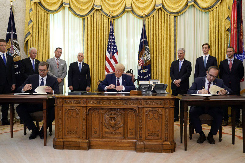 美國總統川普4日參加塞爾維亞總統武契奇(左)和科索沃總理霍蒂(右)在白宮橢圓形辦公室簽署關係正常化協議的儀式。美聯社