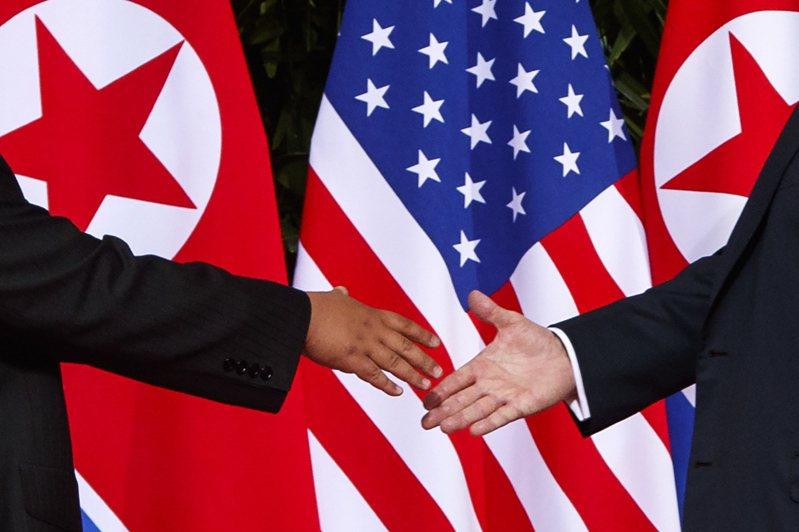 川普今天稍早在記者會上再度讚揚他和北韓的關係,圖為之前川金兩人握手的歷史畫面。