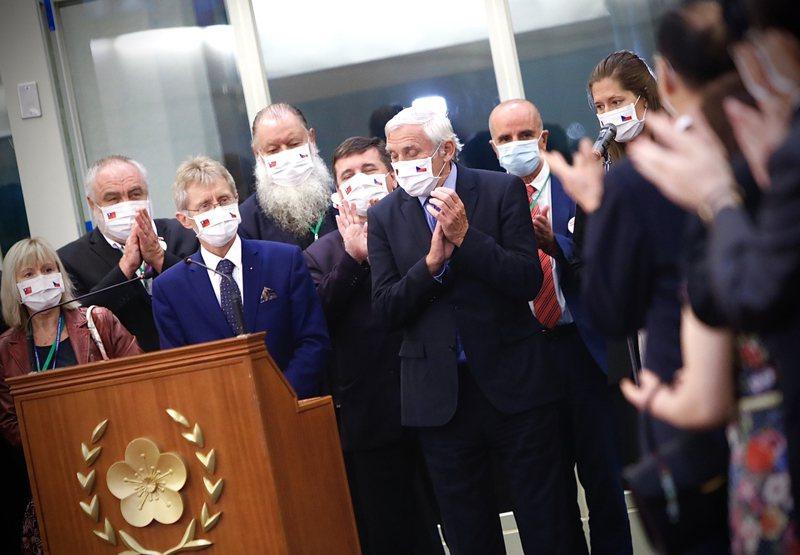 捷克訪問團4日晚間搭機離台,捷克參議院議長維特齊(Miloš Vystrčil)(前左2)登機前致詞,感謝外交部及相關政府人員協助安排此次訪台行程。 中央社