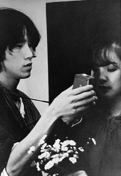 郭英聲(左)80年代初幫歌星鄧麗君拍照。圖/郭英聲提供