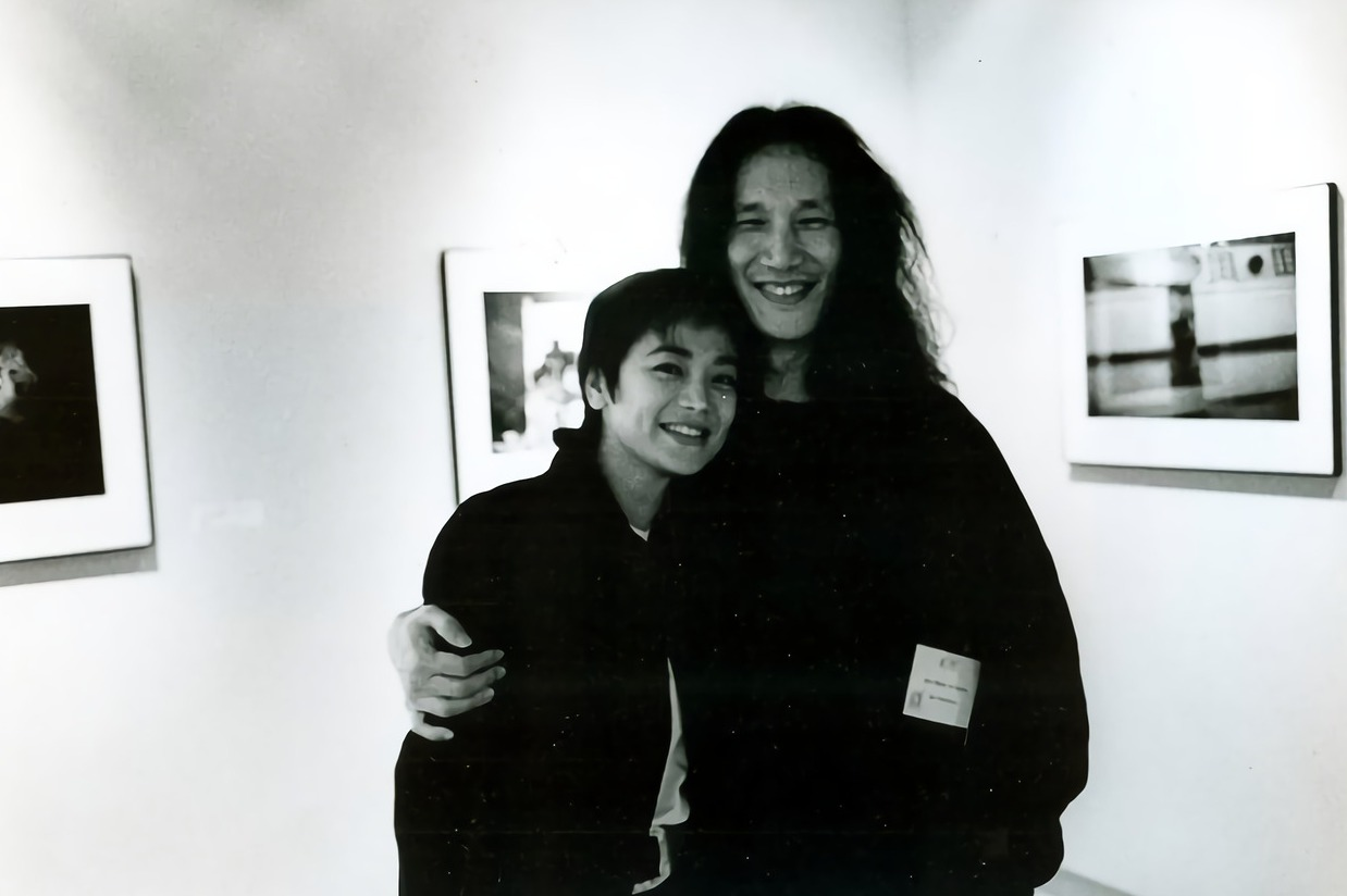 1994年郭英聲(右)受邀參加香港藝術博覽會,與好友張艾嘉合影。圖/郭英聲提供