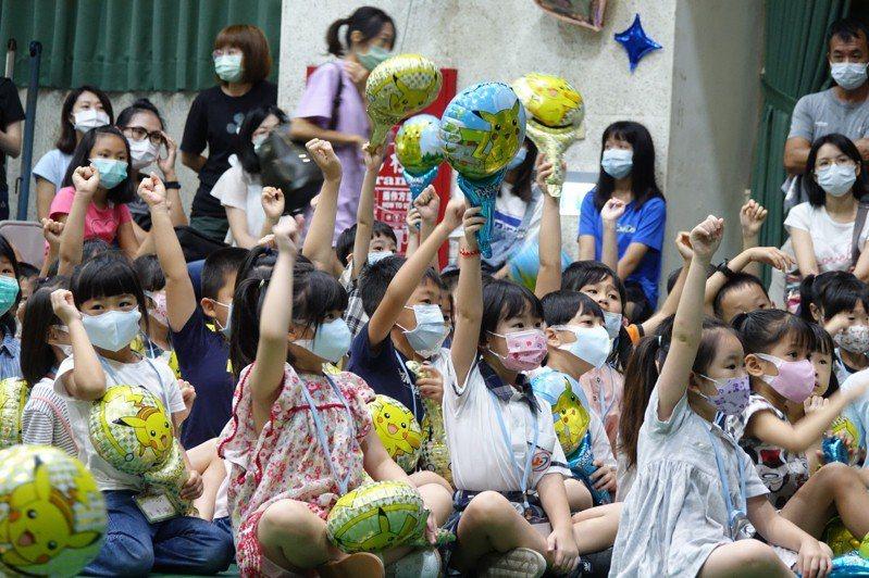 台中上安國小前幾天開學,針對小一新鮮人策劃了「元氣上安新生GO!」新生入學體驗活動,藉由校長、主任親自披掛上陣的戲劇表演、趣味遊戲、帶動唱。圖/上安國小提供