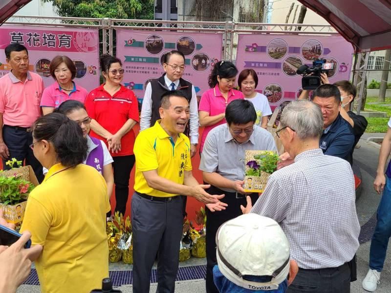 竹山鎮長陳東睦(中)環保署長張子敬(右三)贈花給700多名環保志工。圖/竹山鎮公所提供