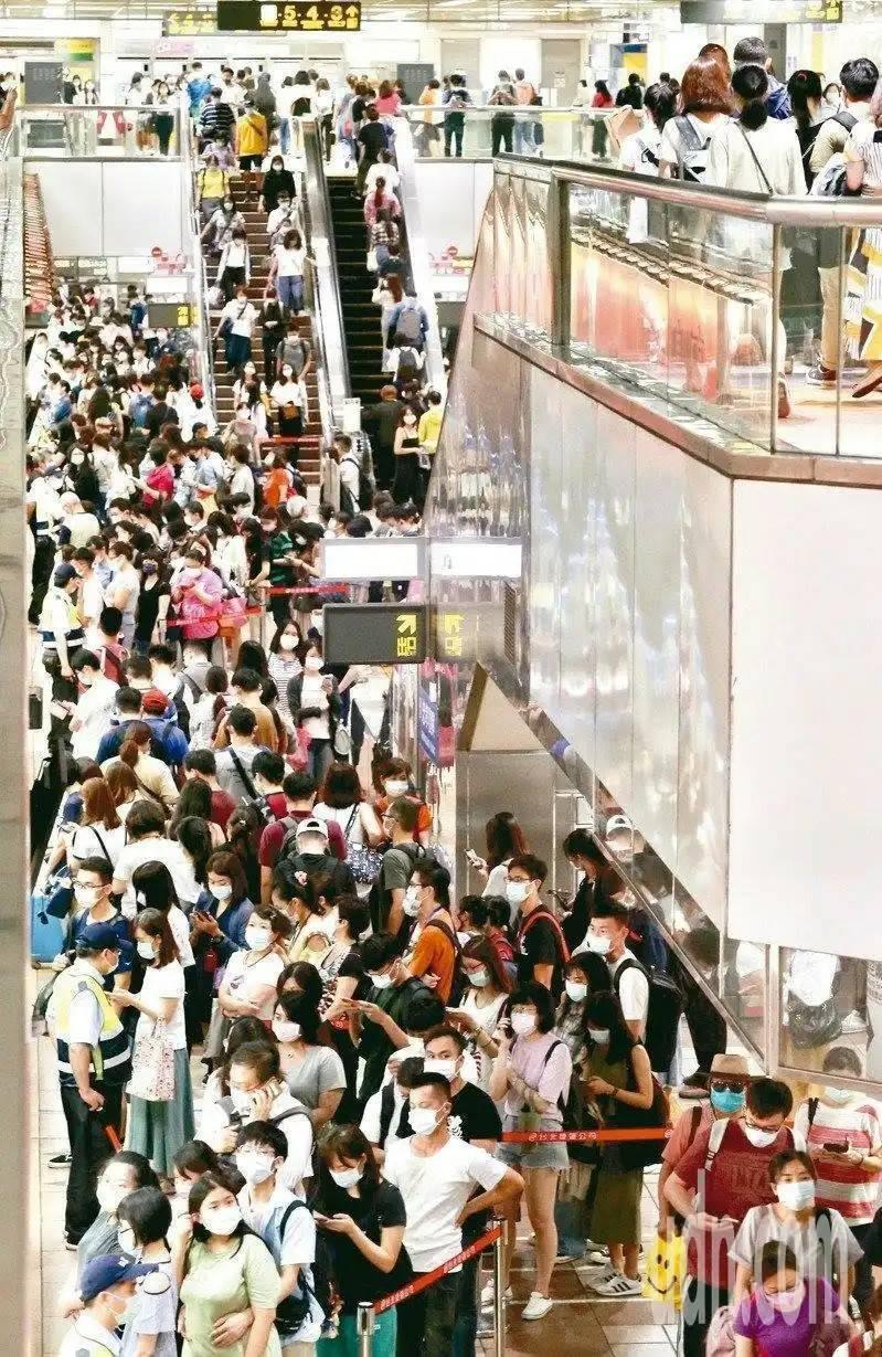 台北捷運每天平均運量達200萬人次,遺失物數量也驚人,一年單是遺失在捷運站的悠遊卡就有近6萬張。 圖/聯合報系資料照片