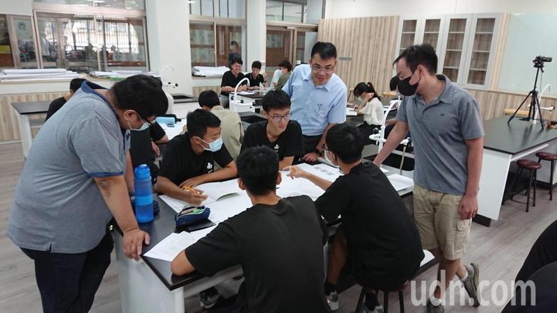 南一中推出跨領域探究與實作,培養學生面對未來世界挑戰的能力。記者鄭惠仁/攝影