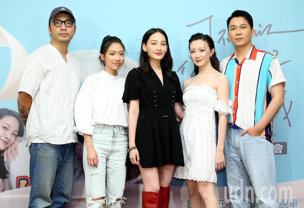 電影《可不可以,你也剛好喜歡我》上映三周票房近6000萬,導演簡學彬(左起)、陳...