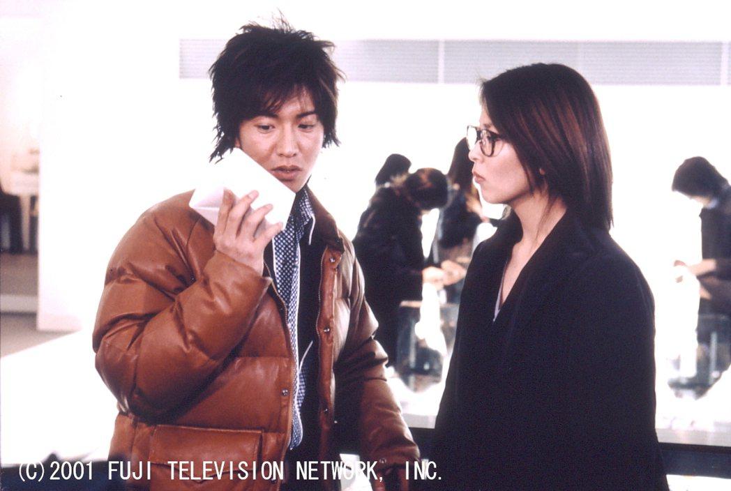 木村拓哉(左)、松隆子主演經典日劇「HERO」。圖/八大電視提供