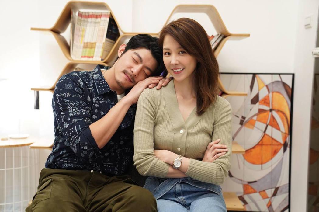 王柏傑(左)、邵雨薇演出「比悲傷更悲傷的故事」,受訪拍照互動親暱。圖/滿滿額娛樂