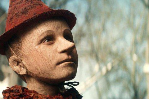 豪擲五億台幣華麗打造的真人奇幻新片「皮諾丘的奇幻旅程」(Pinocchio),上月在英國上映引發熱烈討論,首周即衝上新片票房冠軍。該片忠實呈現原著童話炫目離奇的暗黑世界,受到眾家媒體激賞。有趣的是,...