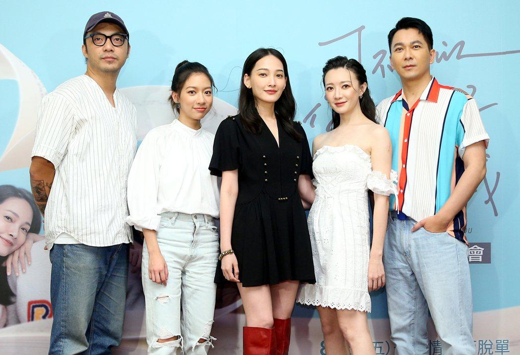 導演簡學彬(左起)、演員陳妤、林映唯、李杏以及原著作家肆一出席「可不可以,你也剛