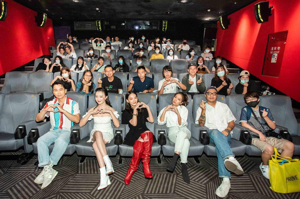 「可不可以,你也剛好喜歡我」原著作家肆一(左起)、李杏、林映唯、陳妤以及導演簡學...