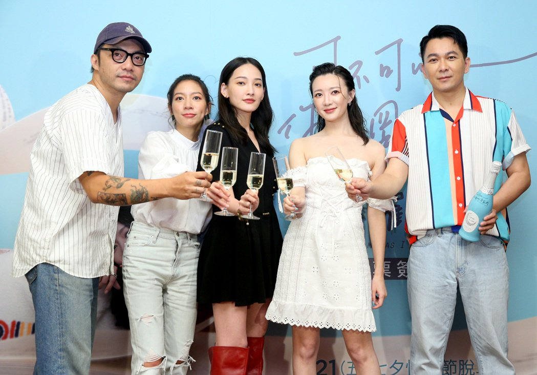 導演簡學彬(左起)、演員陳妤、林映唯、李杏以及原著作家肆一出席「可不可以,你也剛...