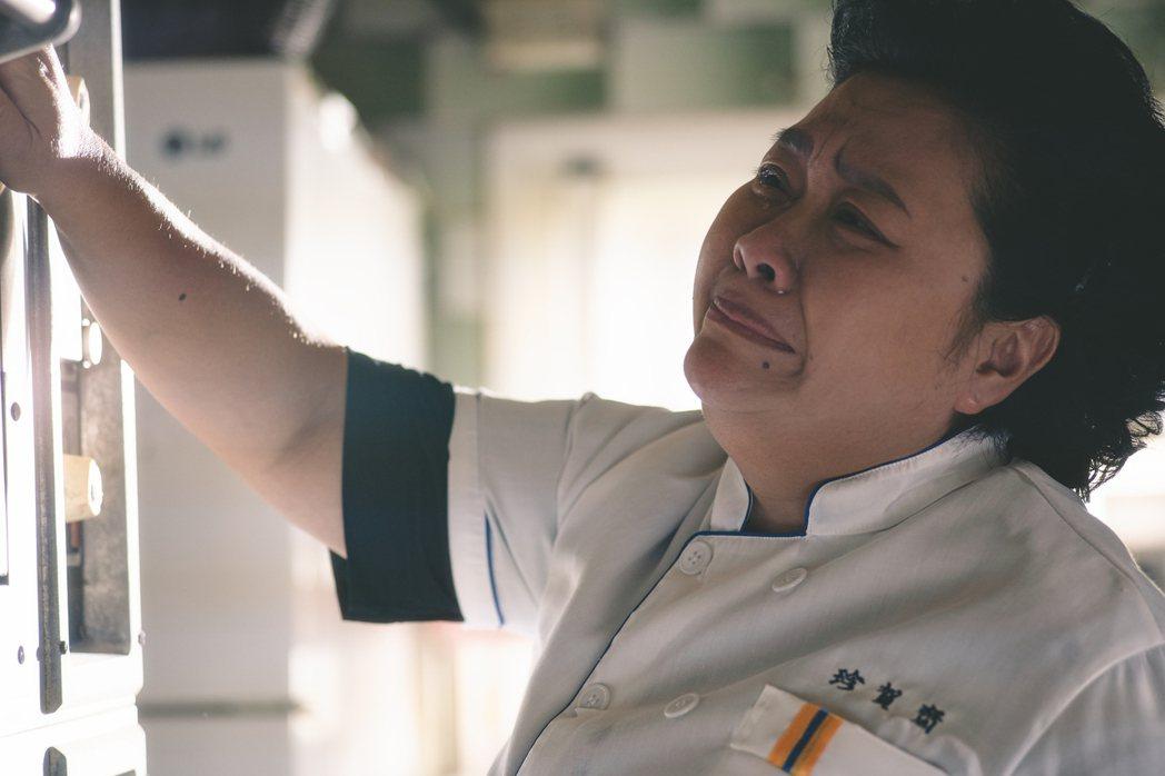 鍾欣凌主演「我的婆婆怎麼那麼可愛」,戲裡替烤箱戴孝,希望它能正常運作。圖/華視提...