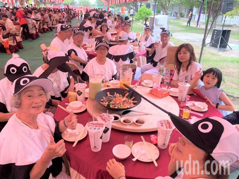 台南七股七寶宴今天席開55桌,菜色超澎拜。記者吳淑玲/攝影