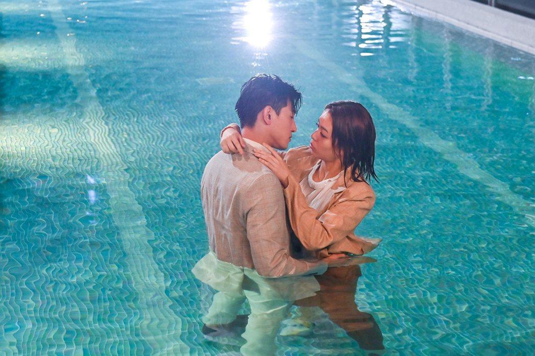 張立昂(左)、宋芸樺在泳池裡深情對望,熱度破表。圖/三立提供