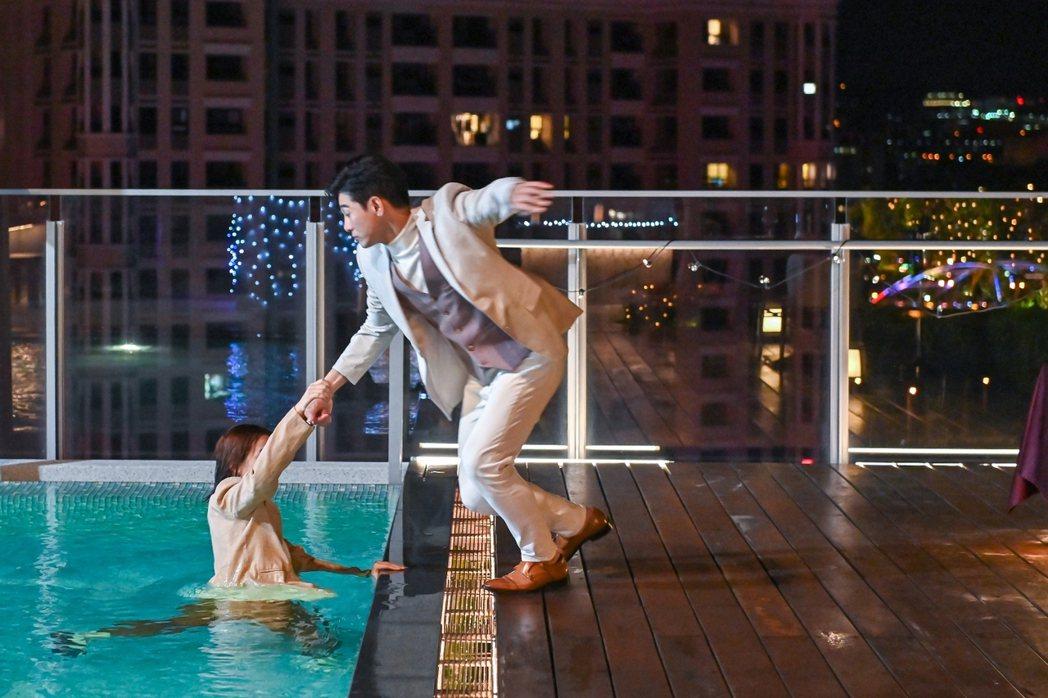 張立昂(右)在「浪漫輸給你」戲中,秘密籌備泳池求婚,卻被宋芸樺「反求婚」。圖/三...